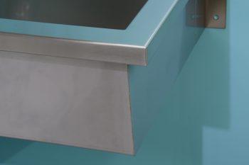 HE371-Edelstahl-Hygiene-Werkraumbecken-wandhaengend-Inneres-Becken-äußere-Vorderkante