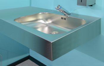 HE110044AUHR Edelstahl Waschtisch Geometrik mit Ablage im Einsatz